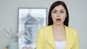 Porträt der entsetzten Frau, wundernd lizenzfreies stockfoto