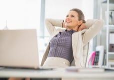 Porträt der entspannten Geschäftsfrau im Büro lizenzfreie stockfotografie
