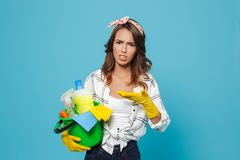 Porträt der enttäuschten empörten Hausgehilfin 20s, die gelbes r trägt stockfoto