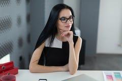 Porträt der erfolgreichen Geschäftsfrau hinter dem Schreibtisch im Büro Stockbild