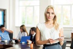 Porträt der erfolgreichen Geschäftsfrau und Geschäft team im Büro Lizenzfreies Stockfoto