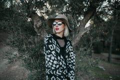 Porträt der Erforschungsnatur der Blondine vor einem Olivenbaum stockbilder