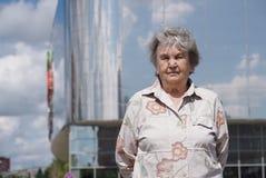 Porträt der ernsten alten Frau alterte 80s draußen Lizenzfreie Stockfotografie