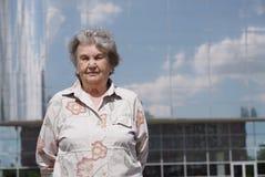 Porträt der ernsten alten Frau alterte 80s draußen Stockbilder