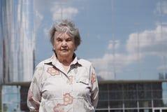 Porträt der ernsten alten Frau alterte 80s draußen Lizenzfreies Stockbild