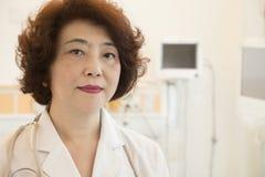 Porträt der ernsten und überzeugten Ärztin stockbild