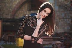 Porträt der erstaunlichen jungen Frau, die an der Stadt im Sommer aufwirft Lizenzfreies Stockfoto