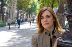 Porträt der erwachsenen Frau in der Straße lizenzfreie stockbilder