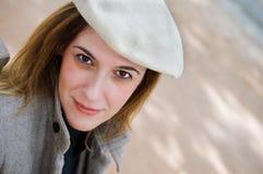 Porträt der erwachsenen Frau mit Hut stockfoto