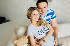 Porträt der Erwartung von den Paaren, die glücklich über Kamera, Baby im Bauch zusammen umfassend lachen Lizenzfreies Stockfoto