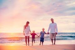 Porträt der Familie auf dem Strand bei Sonnenuntergang Lizenzfreie Stockbilder