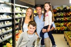 Porträt der Familie das Einkaufen tuend Stockfotografie