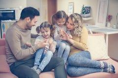 Porträt der Familie, die Spaß im Wohnzimmer hat Glückliche Familie s Stockbilder