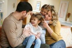 Porträt der Familie, die Spaß im Wohnzimmer hat Glückliche Familie s Lizenzfreie Stockfotografie