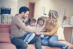 Porträt der Familie, die Spaß im Wohnzimmer hat Glückliche Familie s Lizenzfreie Stockfotos