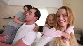 Porträt der Familie zu Hause stock footage