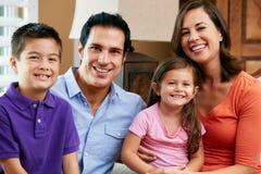 Porträt der Familie zu Hause sitzend auf Sofa Stockfotografie