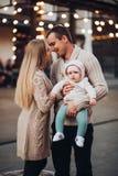 Porträt der Familie zusammen stehend in der Cosinessatmosphäre lizenzfreies stockbild