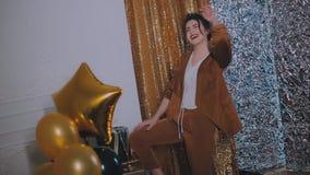 Porträt der flirty attraktiven blinzelnden gelockten Retro- angeredeten Frau mit goldenen Ballonen stock video footage