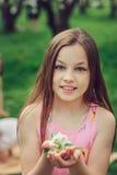 Porträt der Frühlingsnahaufnahme im Freien von entzückenden 11 Jahren alten jugendlichen Kindermädchen Stockbilder
