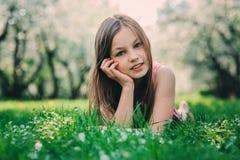 Porträt der Frühlingsnahaufnahme im Freien von entzückenden 11 Jahren alten jugendlichen Kindermädchen Lizenzfreies Stockbild