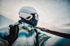 Porträt der Frau auf einer schneebedeckten Skisteigung stockbilder