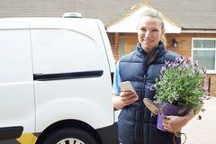 Porträt der Frau bewegliches Gartenarbeitgeschäft unter Verwendung des Mobiles laufen lassend stockfotos