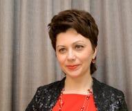 Porträt der Frau der durchschnittlichen Jahre auf einem braunen Hintergrund lizenzfreie stockfotografie
