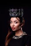 Porträt der Frau in der schwarzen Krone Lizenzfreie Stockfotografie