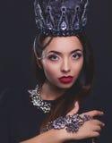 Porträt der Frau in der schwarzen Krone Stockfoto