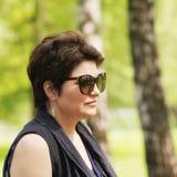 Porträt der Frau in der Sonnenbrille lizenzfreies stockbild
