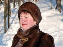 Porträt der Frau in der Winterkleidung Stockbilder