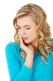 Porträt der Frau, die starke Zahnschmerzen hat stockbilder