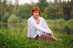 Porträt der Frau draußen lizenzfreies stockbild