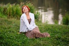 Porträt der Frau draußen lizenzfreies stockfoto