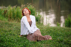 Porträt der Frau draußen lizenzfreie stockfotografie