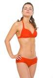 Porträt der Frau im Badeanzug das Ein Sonnenbad nehmen genießend Stockfoto