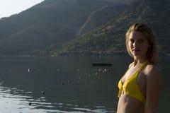 Porträt der Frau im gelben Bikini gegen See Lizenzfreie Stockfotos