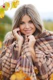 Porträt der Frau im Herbstweinberg stockfotos