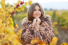 Porträt der Frau im Herbstweinberg stockfoto