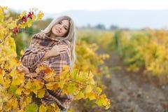 Porträt der Frau im Herbstweinberg stockbild