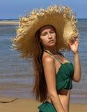 Porträt der Frau im Hut auf Strand Schön Stockfoto
