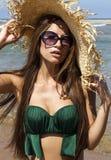 Porträt der Frau im Hut mit Sonnenbrille auf Strand Stockfoto