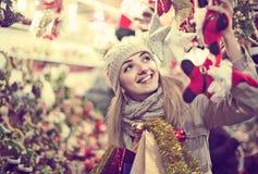 Porträt der Frau im Mantel, der an Weihnachtsmesse am Abend aufwirft Lizenzfreies Stockbild