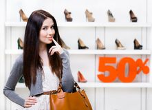 Porträt der Frau im Shop mit 50% Verkauf Lizenzfreies Stockbild