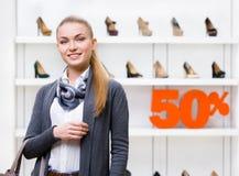 Porträt der Frau im Shop mit 50% Verkauf Stockbild