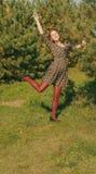 Porträt der Frau im Tannenbaumholz mit Blumen entspringen Stockfotografie