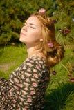 Porträt der Frau im Tannenbaumholz mit Blumen entspringen Stockbilder