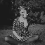 Porträt der Frau im Tannenbaumholz mit Blumen entspringen Lizenzfreie Stockbilder