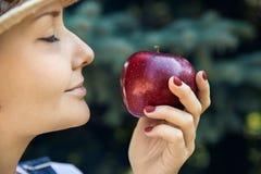 Porträt der Frau mit Apfel lizenzfreie stockbilder